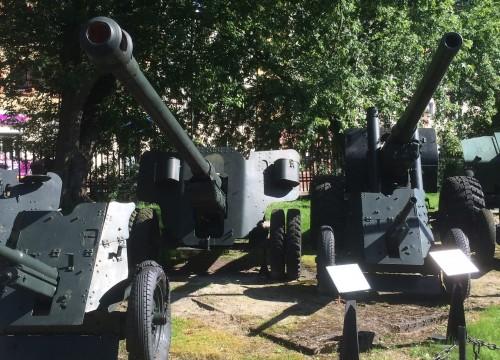 Geschütze  im Museum für schwere Waffen in Kolberg